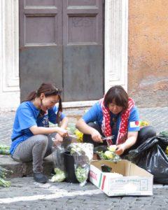 花を刻む乙女たち